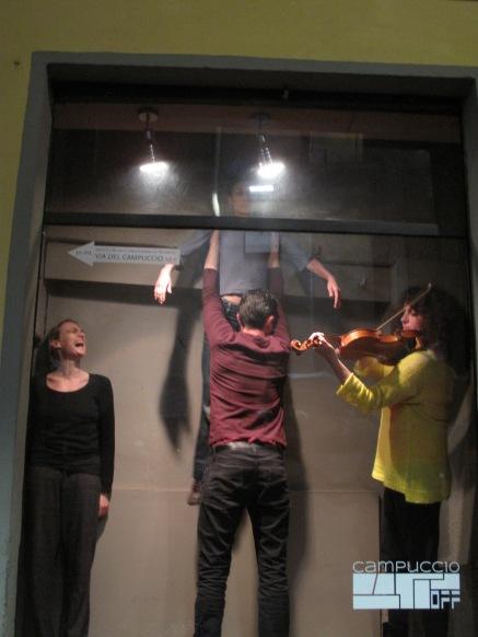 """Performance di """"CANI"""" in Vetrina espositiva"""