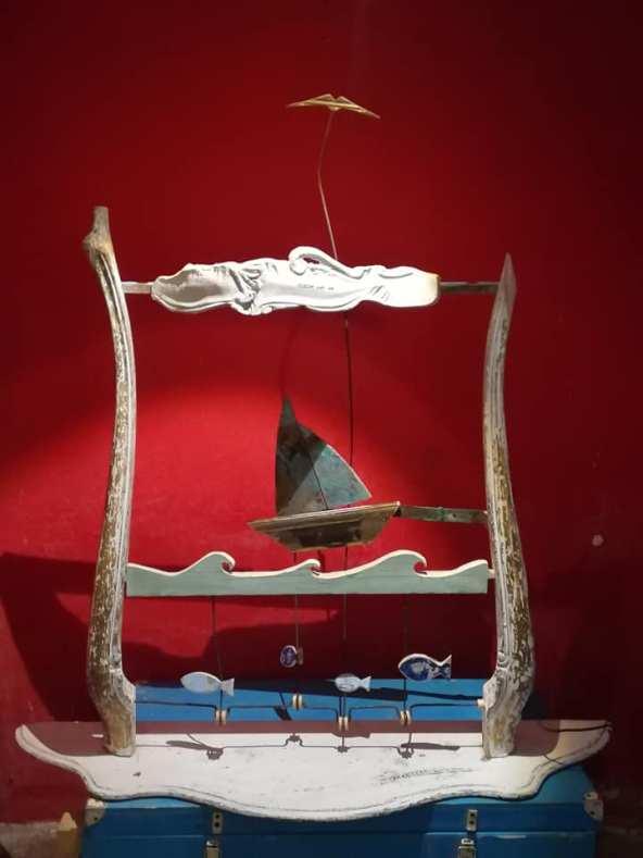 TIKI TAKA, Il mare da una sedia, legno di recupero, ottone e grucce
