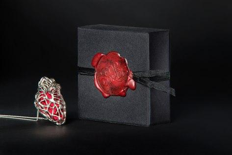 """""""Cor Cordis"""" L'amuleto che parla al cuore. Collana in argento e seta"""