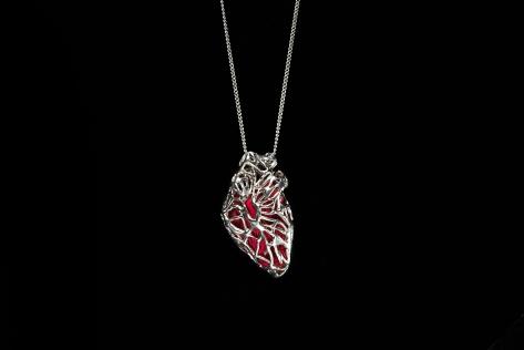 """""""Cor Cordis"""" L'amuleto che parla al cuore. Collana in argento e seta."""