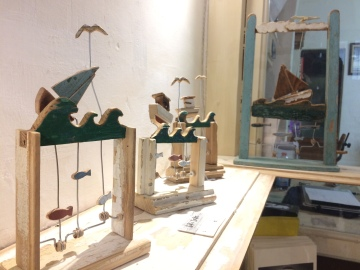 TIKI TAKA, La barchetta, legno, lana e filo di ferro.